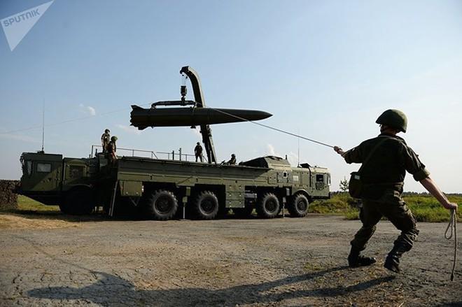 """""""Sát thủ"""" Iskander Nga gây khiếp đảm Mỹ-NATO cả trên mặt đất và biển - Ảnh 1."""