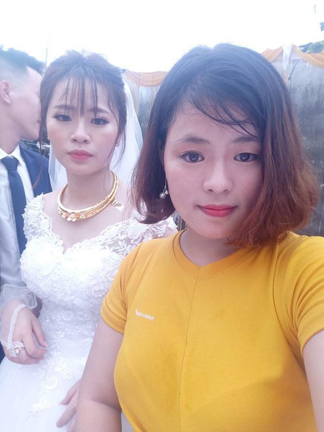Cô dâu diện nguyên combo nón lá, dép tổ ong, áo mưa kín người trong ngày cưới khiến dân mạng bật cười - Ảnh 3.