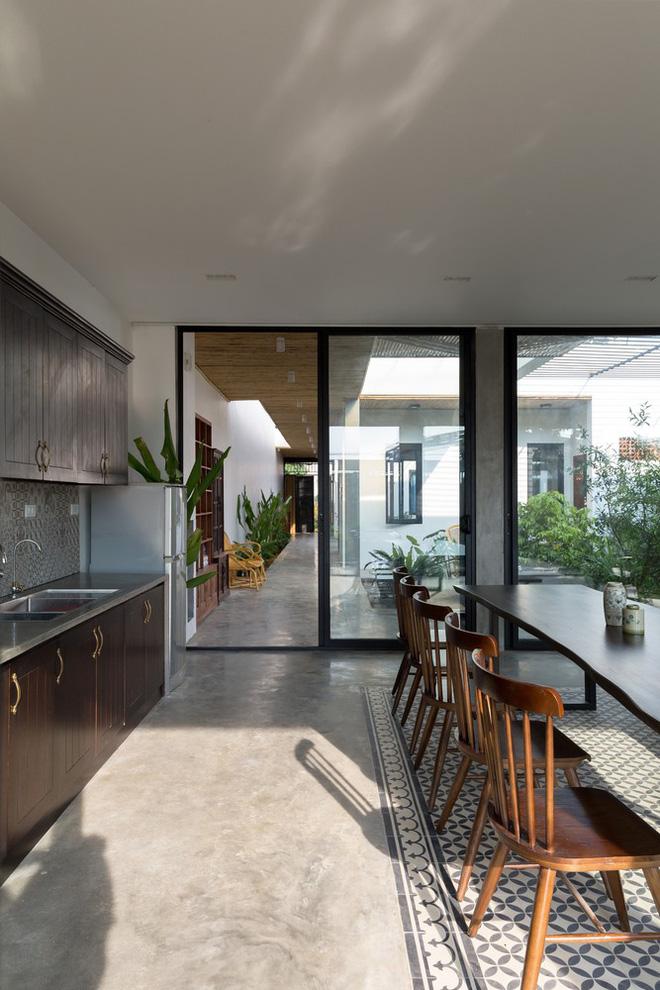 Nhìn hoang sơ, dân dã nhưng vào bên trong, bạn sẽ choáng ngợp với vẻ hiện đại của căn nhà - Ảnh 10.