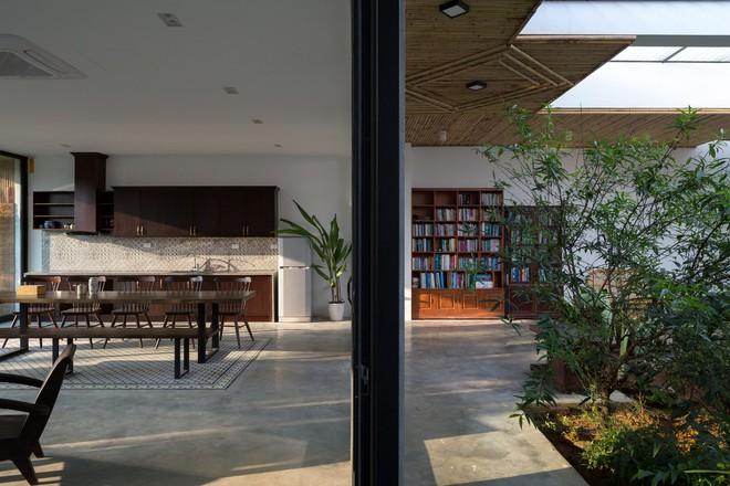 Nhìn hoang sơ, dân dã nhưng vào bên trong, bạn sẽ choáng ngợp với vẻ hiện đại của căn nhà - Ảnh 8.