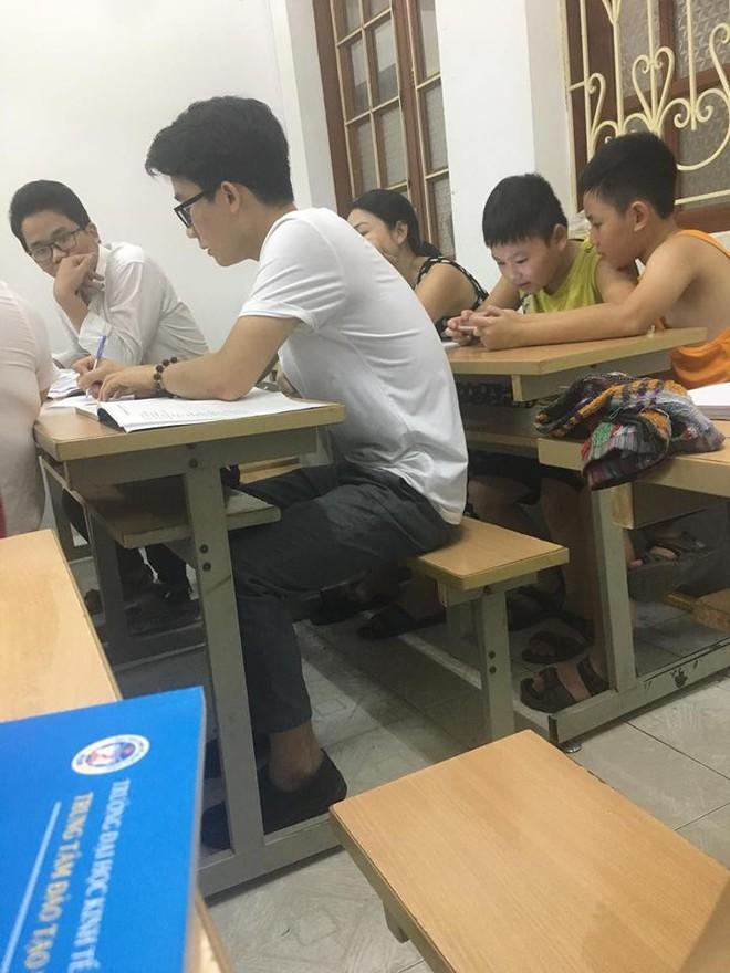 Lớp kế toán bất ngờ xuất hiện 2 đứa trẻ nhưng dân mạng chỉ chú ý đến người ngồi phía trước - Ảnh 1.