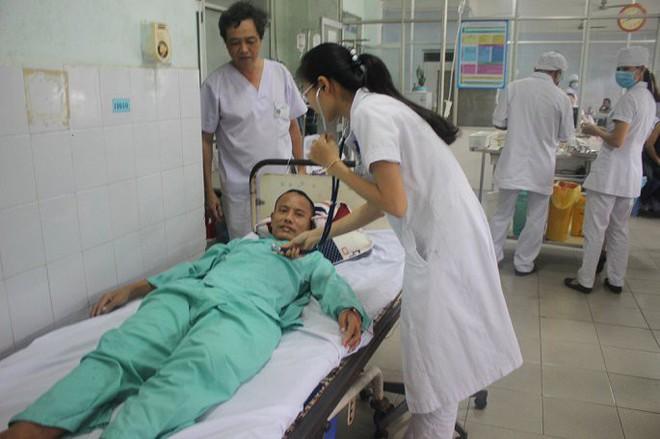 Gắp lưỡi câu nằm trong phổi của bệnh nhân tâm thần ở Quảng Nam - Ảnh 1.