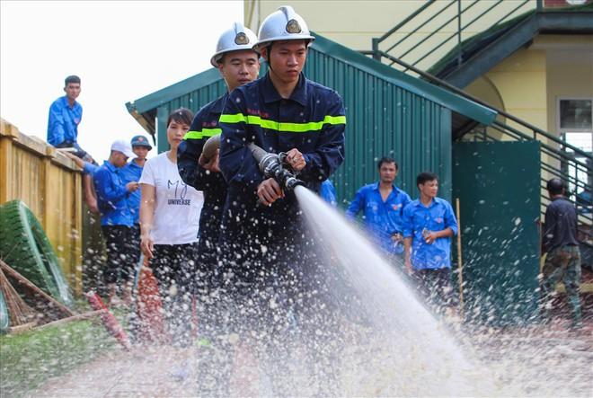 Rốn lũ Chương Mỹ: Huy động hàng trăm cảnh sát cứu hỏa, cơ động giải cứu trường học - Ảnh 4.