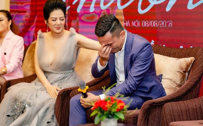 Tú Dưa bật khóc trong họp báo của Đinh Hiền Anh: Bố mẹ tôi chia tay từ lúc tôi còn nhỏ