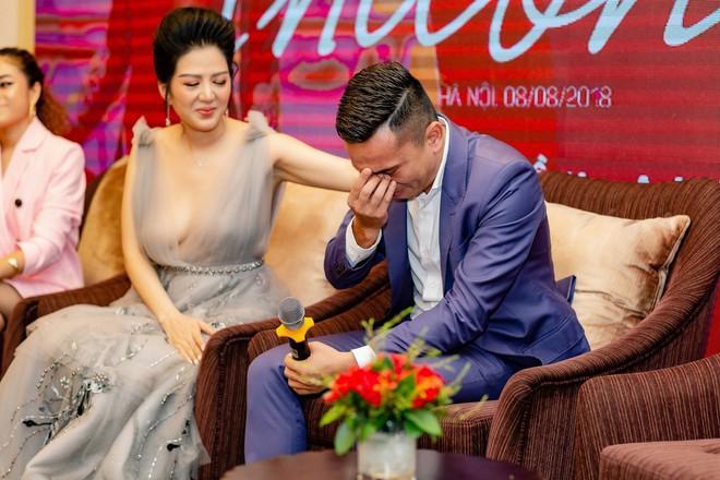 Tú Dưa bật khóc trong họp báo của Đinh Hiền Anh: Bố mẹ tôi chia tay từ lúc tôi còn nhỏ - Ảnh 2.