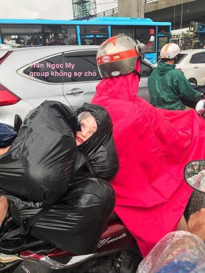 Người đàn ông chở túi đen sau xe, gương mặt lấp ló phía trong khiến nhiều người thót tim - Ảnh 2.