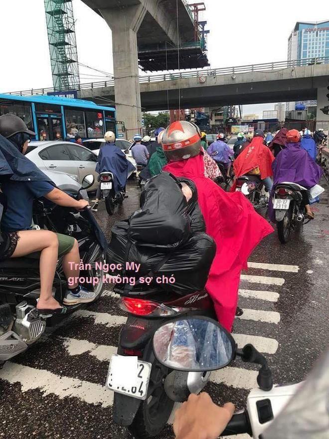 Người đàn ông chở túi đen sau xe, gương mặt lấp ló phía trong khiến nhiều người thót tim - Ảnh 1.