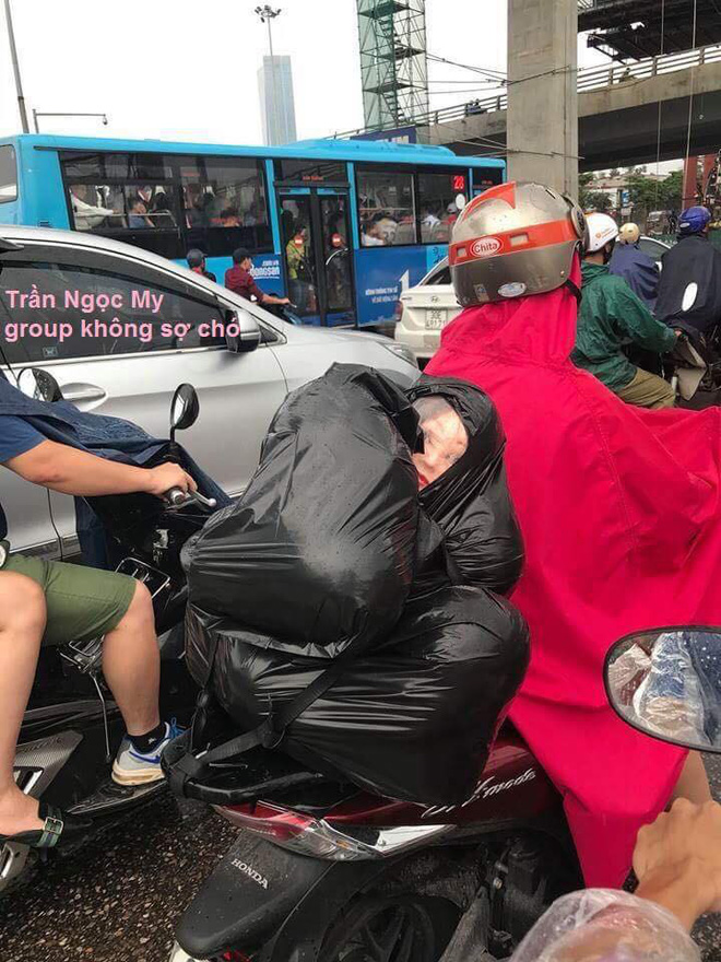 Người đàn ông chở túi đen sau xe, gương mặt lấp ló phía trong khiến nhiều người thót tim - Ảnh 3.