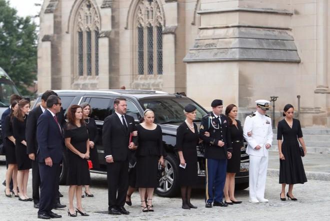 Con gái TNS John McCain ngầm chỉ trích ông Trump trong điếu văn tang cha - Ảnh 11.