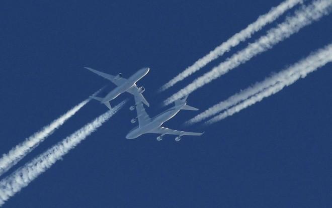Tại sao máy bay để lại vệt trắng trên bầu trời mỗi khi di chuyển? - Ảnh 1.