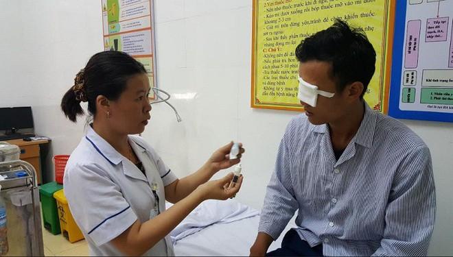 Lại có thêm hai trường hợp bị cò mổ vào mắt, nguy cơ mù vĩnh viễn - Ảnh 1.