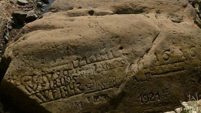 Những phiến đá khát đã lộ thiên do hạn hán tại Séc - Ảnh 1.