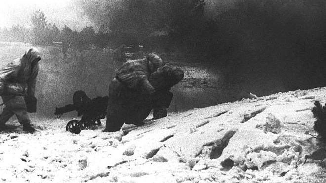Những chiến binh bất tử của lính dù Nga: 430 người chặn đứng 200 xe tăng, 20.000 quân Đức - Ảnh 2.