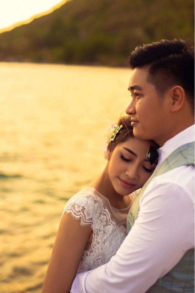 Hoa hậu trả vương miện Đặng Thu Thảo ngọt ngào khoá môi vị hôn phu trong ảnh cưới - Ảnh 1.