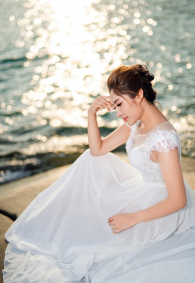 Hoa hậu trả vương miện Đặng Thu Thảo ngọt ngào khoá môi vị hôn phu trong ảnh cưới - Ảnh 2.