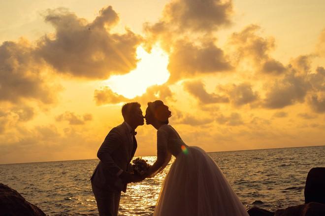Hoa hậu trả vương miện Đặng Thu Thảo ngọt ngào khoá môi vị hôn phu trong ảnh cưới - Ảnh 3.