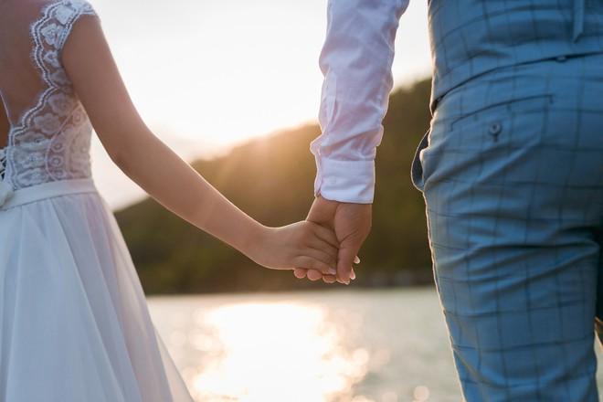 Hoa hậu trả vương miện Đặng Thu Thảo ngọt ngào khoá môi vị hôn phu trong ảnh cưới - Ảnh 7.