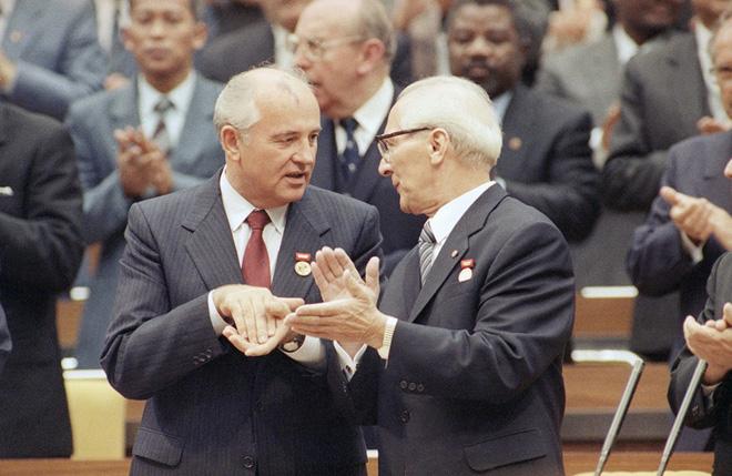 Điệp viên Anh kể về âm mưu ám sát Gorbachev ở Đông Đức - Ảnh 1.