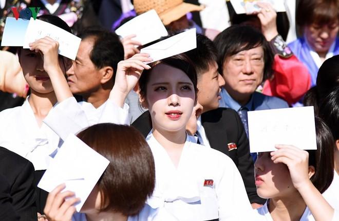 Xao xuyến vì vẻ đẹp các cô gái Triều Tiên ở quảng trường Kim Il-sung - Ảnh 1.