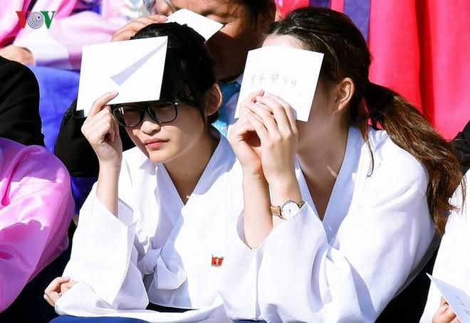 Xao xuyến vì vẻ đẹp các cô gái Triều Tiên ở quảng trường Kim Il-sung - Ảnh 2.
