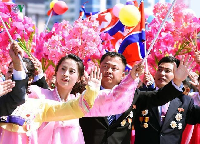 Xao xuyến vì vẻ đẹp các cô gái Triều Tiên ở quảng trường Kim Il-sung - Ảnh 15.