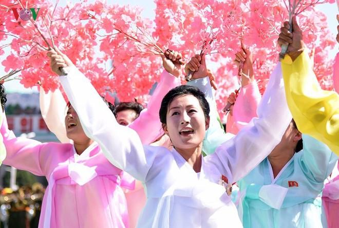 Xao xuyến vì vẻ đẹp các cô gái Triều Tiên ở quảng trường Kim Il-sung - Ảnh 17.