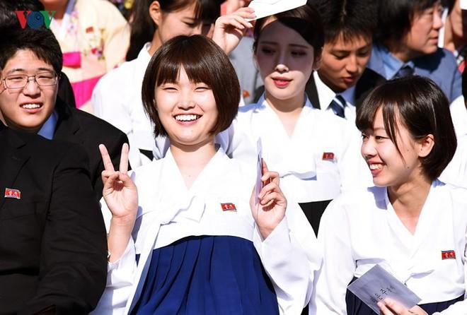 Xao xuyến vì vẻ đẹp các cô gái Triều Tiên ở quảng trường Kim Il-sung - Ảnh 3.