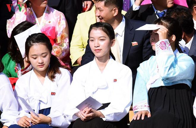 Xao xuyến vì vẻ đẹp các cô gái Triều Tiên ở quảng trường Kim Il-sung - Ảnh 4.