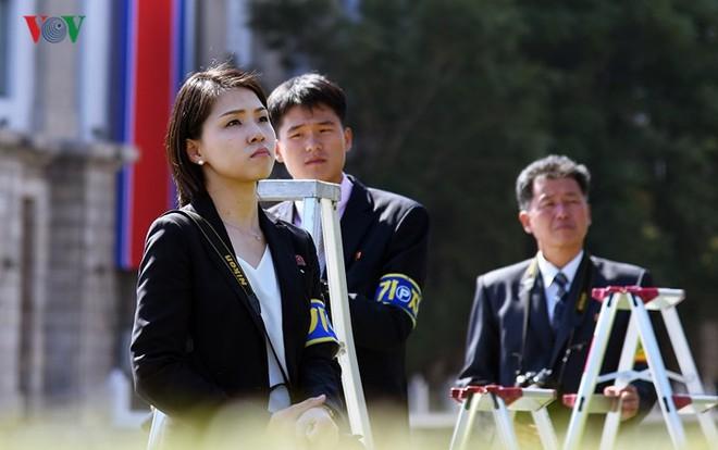 Xao xuyến vì vẻ đẹp các cô gái Triều Tiên ở quảng trường Kim Il-sung - Ảnh 5.
