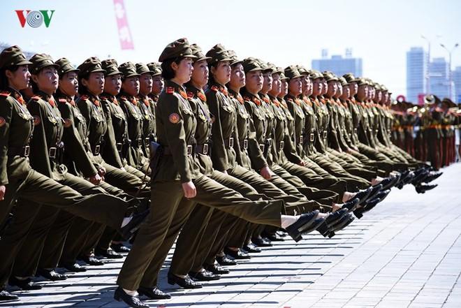 Xao xuyến vì vẻ đẹp các cô gái Triều Tiên ở quảng trường Kim Il-sung - Ảnh 10.