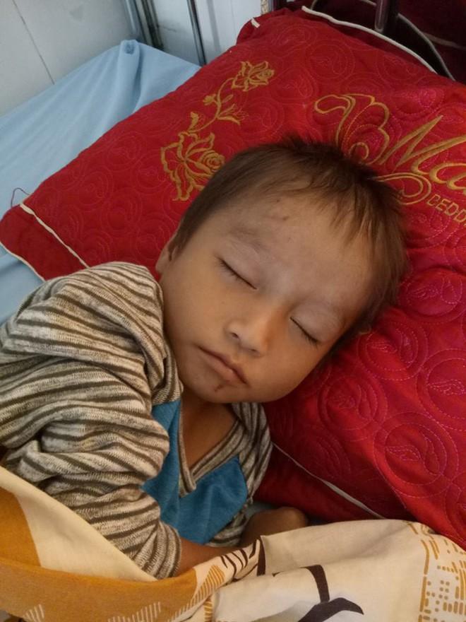 Có người nhận nuôi bé trai phải ngủ ngoài đường khi bố mất, mẹ đi lấy chồng khác - Ảnh 1.