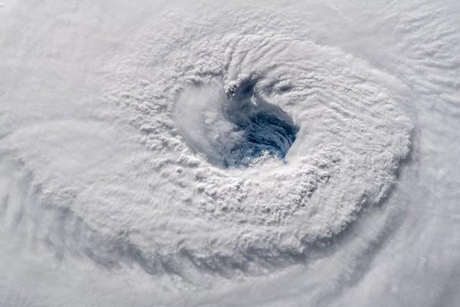 Từ trạm vũ trụ, phi hành gia vẫn rùng mình vì bão Florence - Ảnh 2.