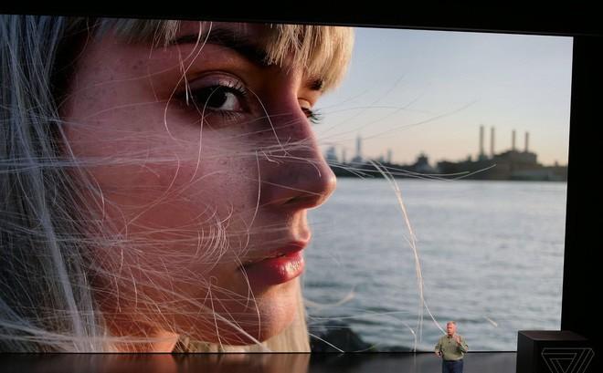 Gương mặt cô gái tóc vàng vụt sáng trong sự kiện Apple ra mắt iPhone 2018