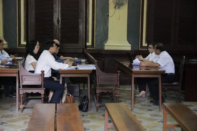 Ông Đặng Lê Nguyên Vũ tươi tỉnh đến buổi giải quyết khiếu nại của vợ - Ảnh 1.