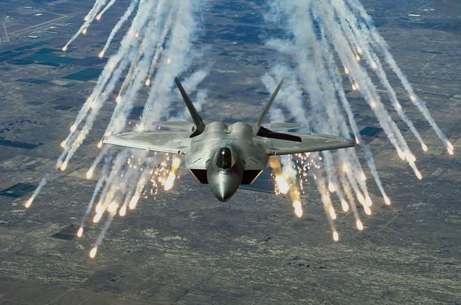 F-22 đối đầu Su-35: Phi công Mỹ thốt lên thà quay đầu bỏ chạy còn hơn! - Ảnh 1.