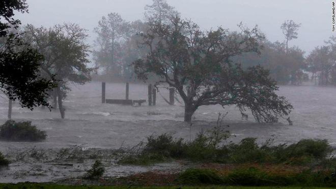 Bão quái vật Florence đổ bộ vào Mỹ, mất điện diện rộng, cảnh báo lũ lụt thảm khốc - Ảnh 3.