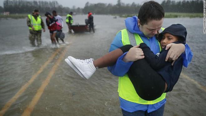 Bão quái vật Florence đổ bộ vào Mỹ, mất điện diện rộng, cảnh báo lũ lụt thảm khốc - Ảnh 12.