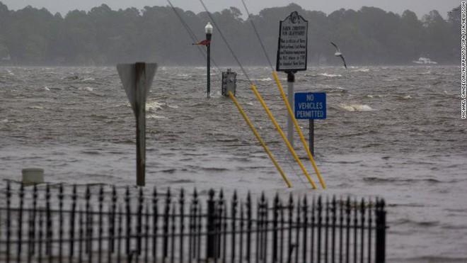 Bão quái vật Florence đổ bộ vào Mỹ, mất điện diện rộng, cảnh báo lũ lụt thảm khốc - Ảnh 8.