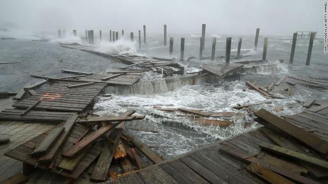 Bão quái vật Florence đổ bộ vào Mỹ, mất điện diện rộng, cảnh báo lũ lụt thảm khốc - Ảnh 10.