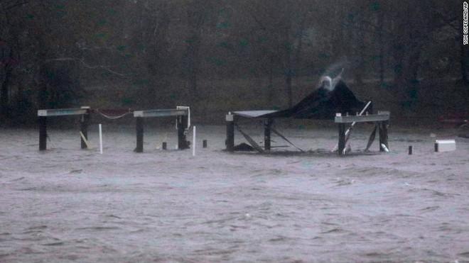 Bão quái vật Florence đổ bộ vào Mỹ, mất điện diện rộng, cảnh báo lũ lụt thảm khốc - Ảnh 4.