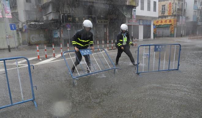 Bão Mangkhut mạnh kinh hoàng ở HK: Gió giật khiến nhà cao tầng chao đảo như có động đất - Ảnh 5.