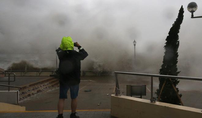 Bão Mangkhut mạnh kinh hoàng ở HK: Gió giật khiến nhà cao tầng chao đảo như có động đất - Ảnh 7.