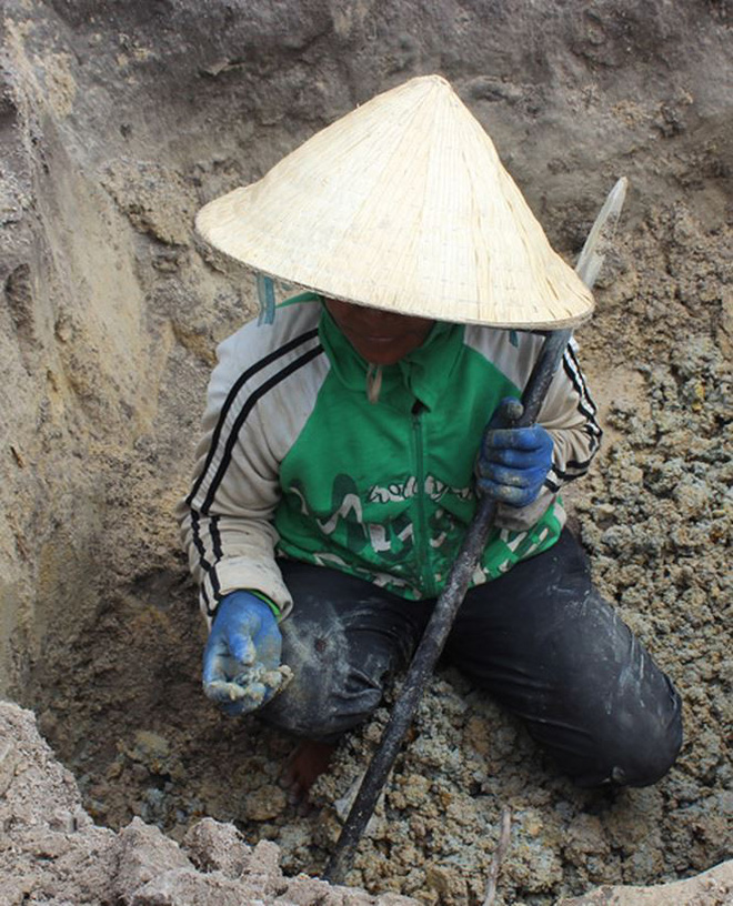 Người dân Phú Yên đổ xô đào đá đen bán giá 4 triệu đồng/kg - Ảnh 2.