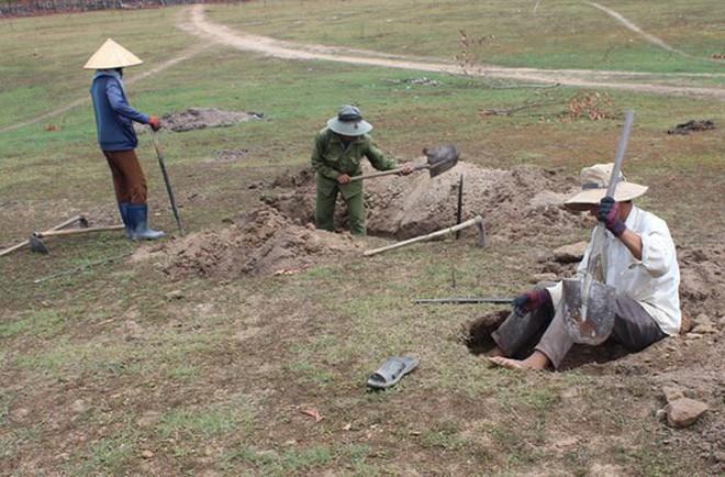 Người dân Phú Yên đổ xô đào đá đen bán giá 4 triệu đồng/kg - Ảnh 3.