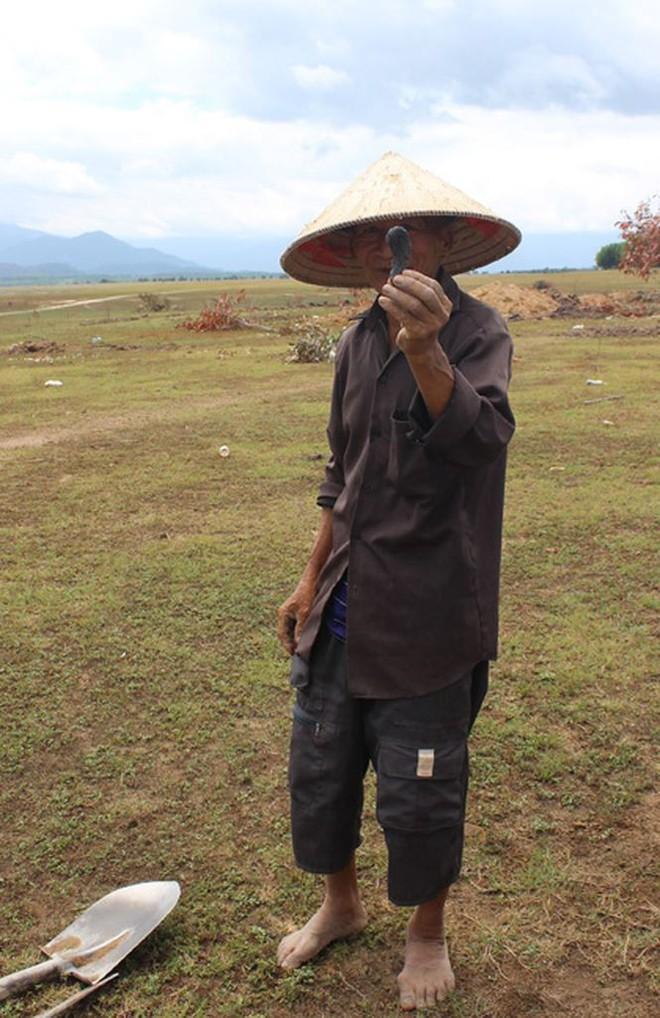 Người dân Phú Yên đổ xô đào đá đen bán giá 4 triệu đồng/kg - Ảnh 4.