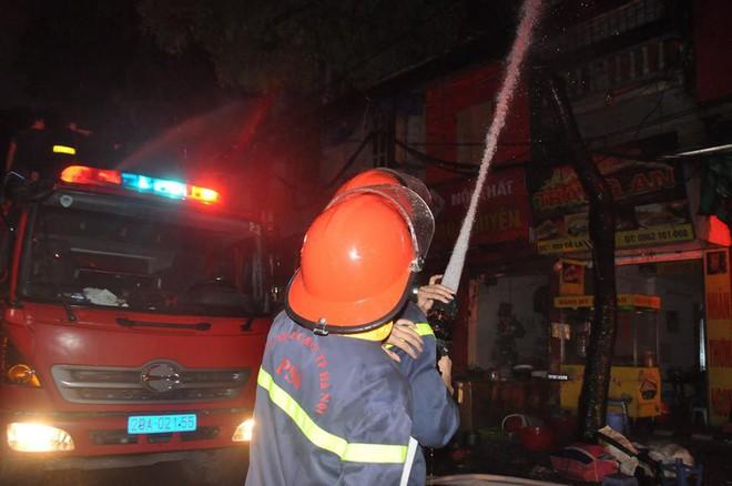 Cháy lớn trên đường Đê La Thành lan sang 7 nhà, cắt điện khu vực để cứu hỏa - Ảnh 4.