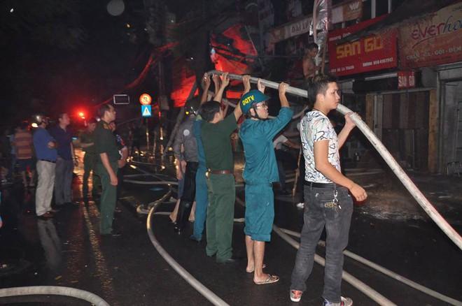 Cháy lớn trên đường Đê La Thành lan sang 7 nhà, cắt điện khu vực để cứu hỏa - Ảnh 3.