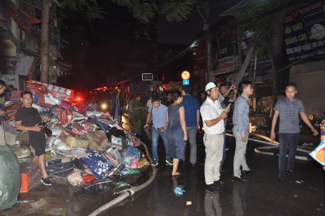 Cháy lớn trên đường Đê La Thành lan sang 7 nhà, cắt điện khu vực để cứu hỏa - Ảnh 5.