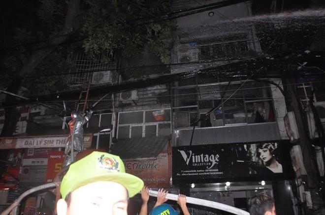Cháy lớn trên đường Đê La Thành lan sang 7 nhà, cắt điện khu vực để cứu hỏa - Ảnh 8.