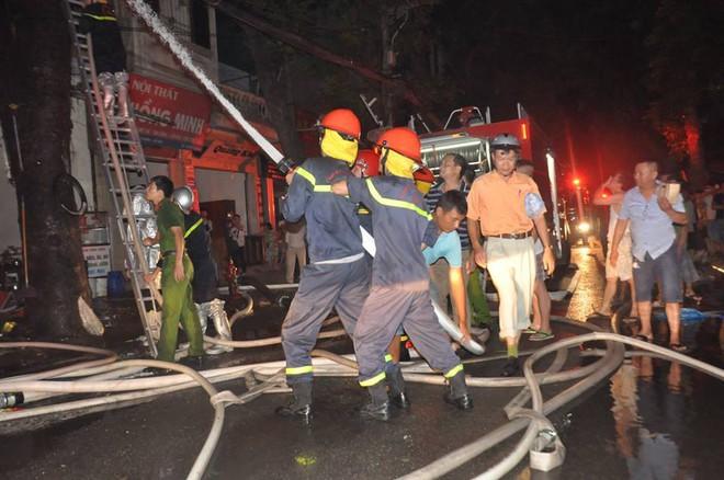 Cháy lớn trên đường Đê La Thành lan sang 7 nhà, cắt điện khu vực để cứu hỏa - Ảnh 6.